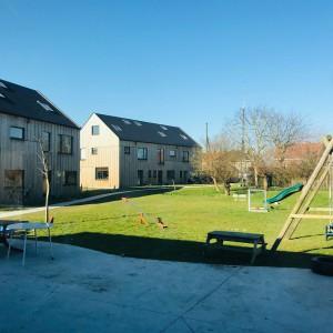 Cohousing De Nieuwe Wee in Drongen gemeenschappelijke tuin met schommel